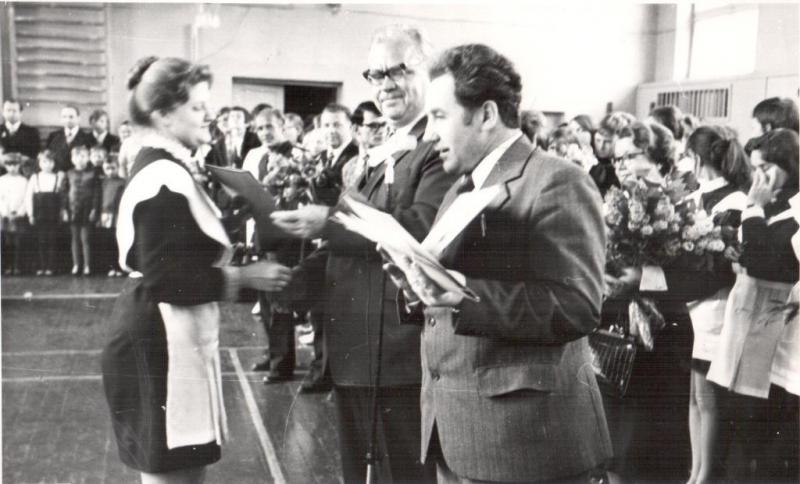 вручение выпускнице на последнем звонке Подситков сж