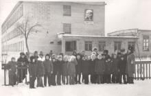 Дети около калитки школы зимой